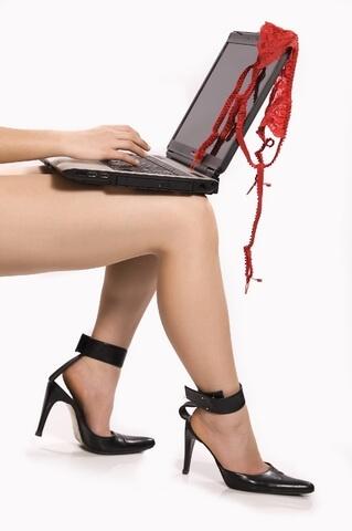 Виртуальный секс - девушка с ноутбуком